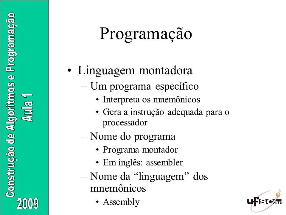 Linguagem montadora –Um programa específico Interpreta os mnemônicos Gera a instrução adequada para o processador –Nome do programa Programa montador