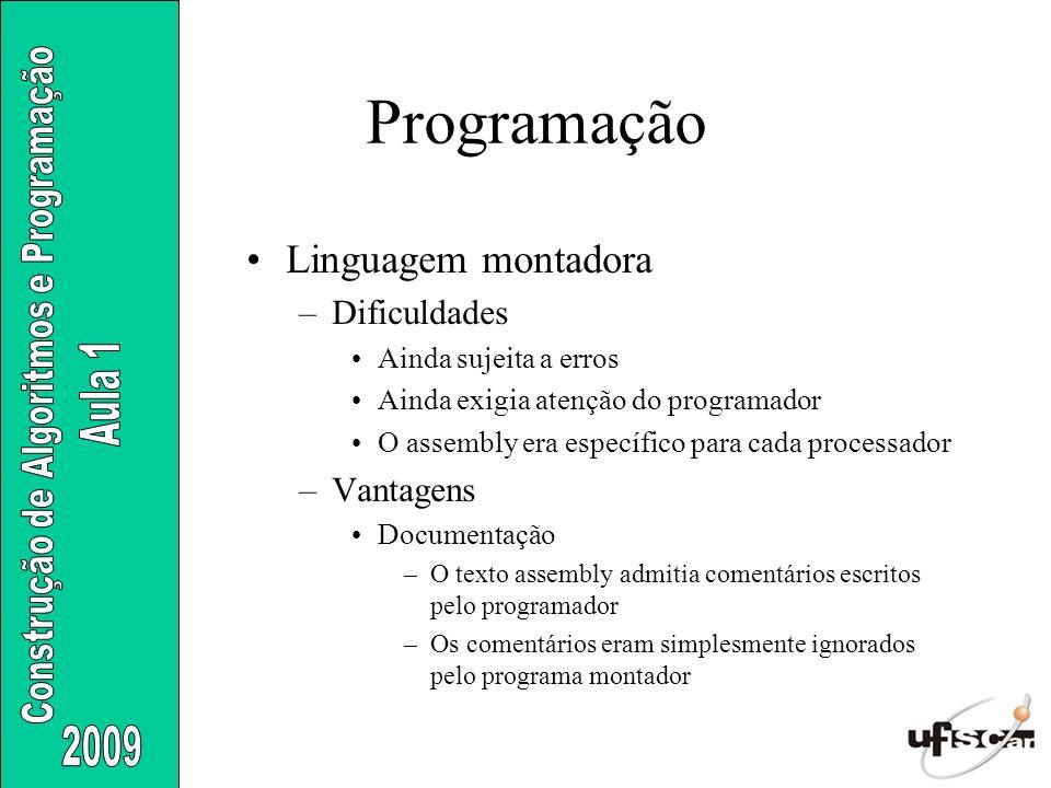 Linguagem montadora –Dificuldades Ainda sujeita a erros Ainda exigia atenção do programador O assembly era específico para cada processador –Vantagens