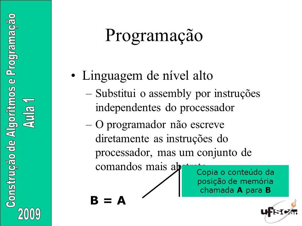 Linguagem de nível alto –Substitui o assembly por instruções independentes do processador –O programador não escreve diretamente as instruções do proc