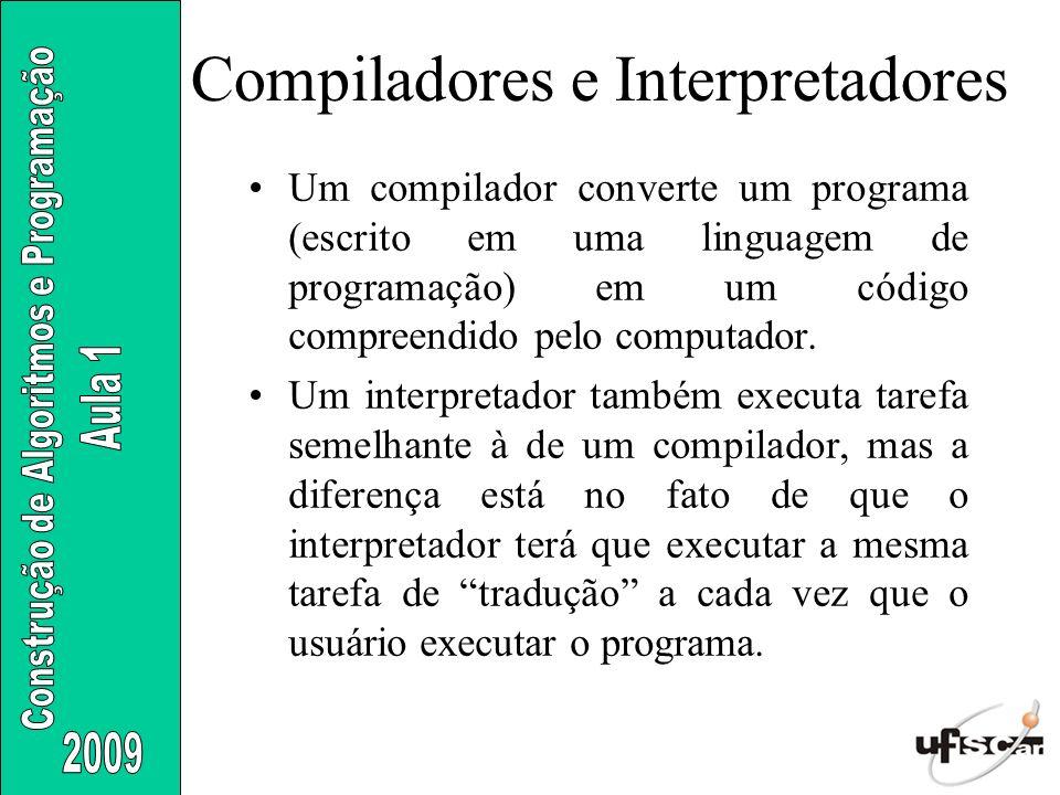 Compiladores e Interpretadores Um compilador converte um programa (escrito em uma linguagem de programação) em um código compreendido pelo computador.