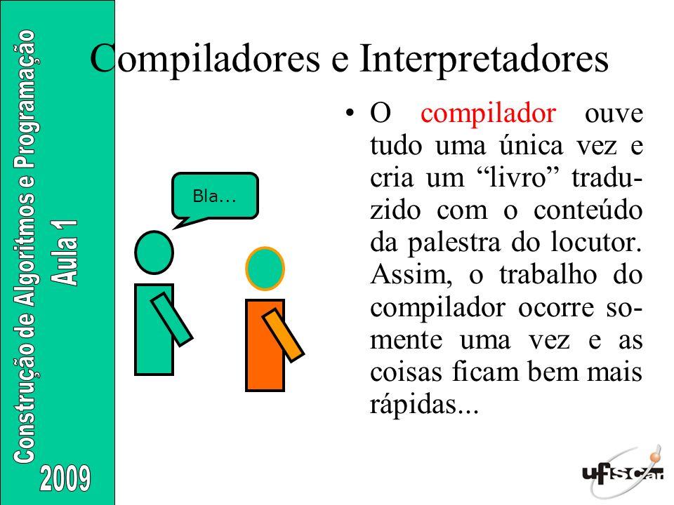 Compiladores e Interpretadores O compilador ouve tudo uma única vez e cria um livro tradu- zido com o conteúdo da palestra do locutor. Assim, o trabal