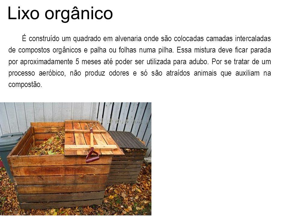 Lixo orgânico É construído um quadrado em alvenaria onde são colocadas camadas intercaladas de compostos orgânicos e palha ou folhas numa pilha. Essa