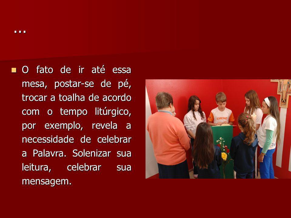 O fato de ir até essa mesa, postar-se de pé, trocar a toalha de acordo com o tempo litúrgico, por exemplo, revela a necessidade de celebrar a Palavra.