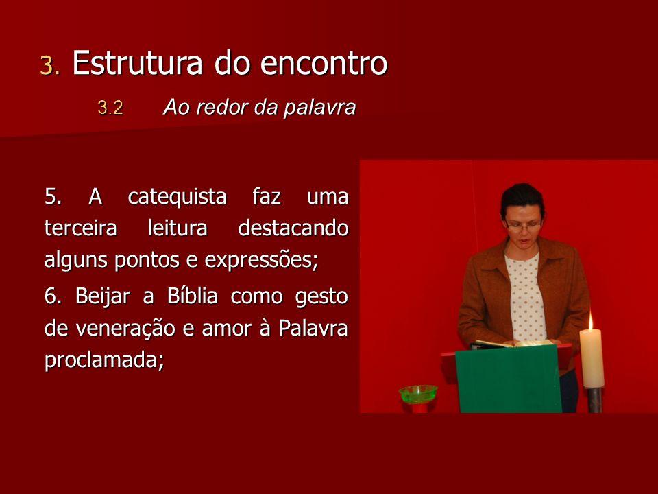 5. A catequista faz uma terceira leitura destacando alguns pontos e expressões; 6. Beijar a Bíblia como gesto de veneração e amor à Palavra proclamada