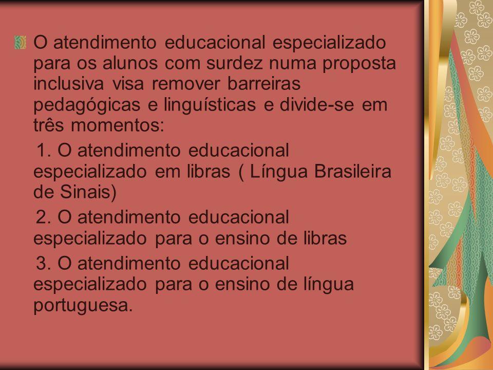 O atendimento educacional especializado para os alunos com surdez numa proposta inclusiva visa remover barreiras pedagógicas e linguísticas e divide-s