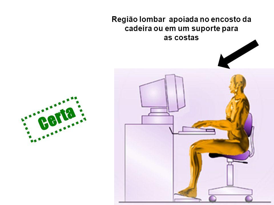 Região lombar apoiada no encosto da cadeira ou em um suporte para as costas Certa