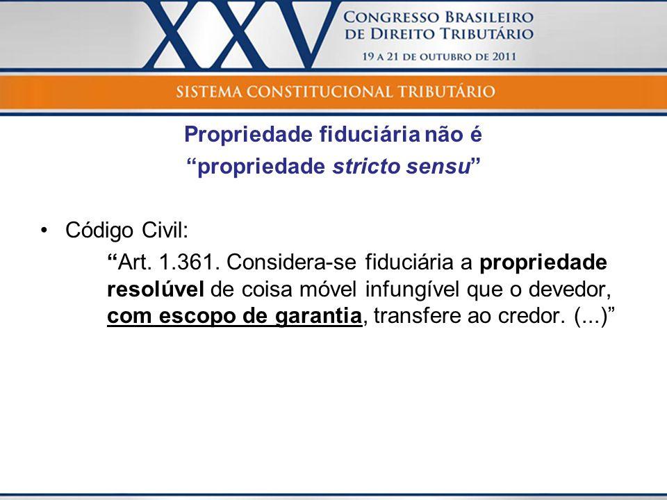 Propriedade fiduciária não é propriedade stricto sensu Código Civil: Art. 1.361. Considera-se fiduciária a propriedade resolúvel de coisa móvel infung