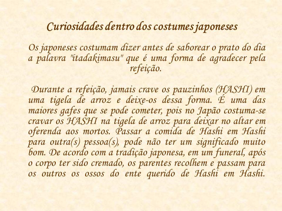 Curiosidades dentro dos costumes japoneses Os japoneses costumam dizer antes de saborear o prato do dia a palavra itadakimasu que é uma forma de agradecer pela refeição.