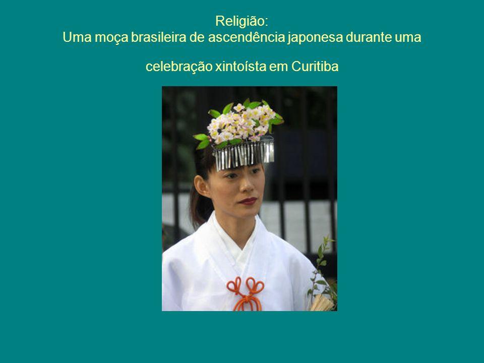 Religião: Uma moça brasileira de ascendência japonesa durante uma celebração xintoísta em Curitiba