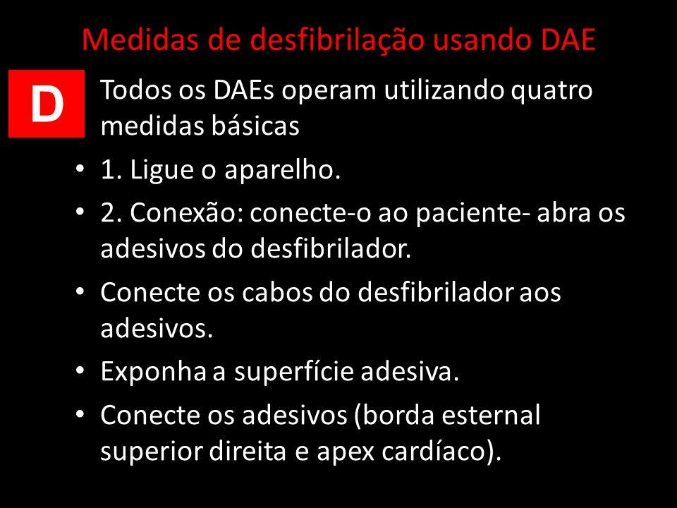 Medidas de desfibrilação usando DAE Todos os DAEs operam utilizando quatro medidas básicas 1. Ligue o aparelho. 2. Conexão: conecte-o ao paciente- abr