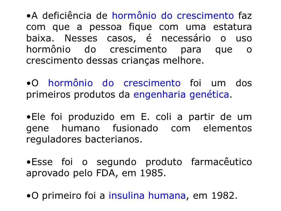 A deficiência de hormônio do crescimento faz com que a pessoa fique com uma estatura baixa. Nesses casos, é necessário o uso hormônio do crescimento p
