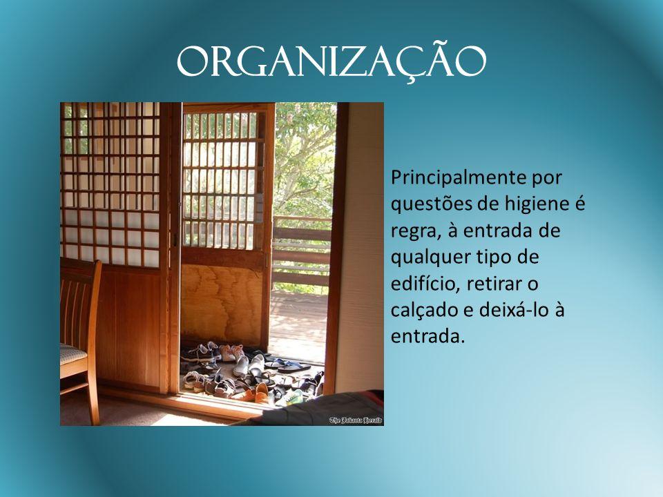 Organização Principalmente por questões de higiene é regra, à entrada de qualquer tipo de edifício, retirar o calçado e deixá-lo à entrada.