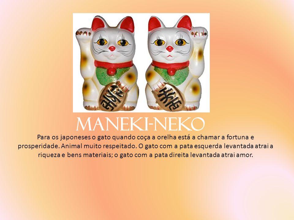 Maneki-Neko Para os japoneses o gato quando coça a orelha está a chamar a fortuna e prosperidade. Animal muito respeitado. O gato com a pata esquerda