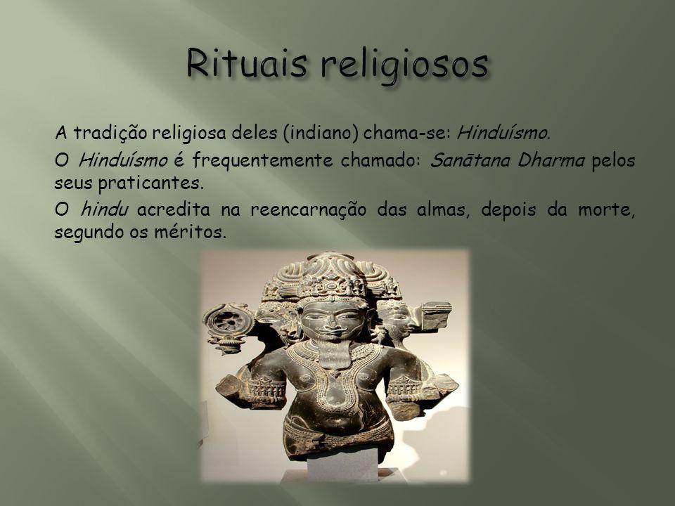 A tradição religiosa deles (indiano) chama-se: Hinduísmo. O Hinduísmo é frequentemente chamado: Sanātana Dharma pelos seus praticantes. O hindu acredi