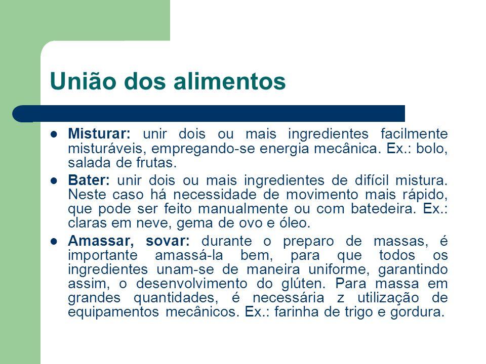 União dos alimentos Misturar: unir dois ou mais ingredientes facilmente misturáveis, empregando-se energia mecânica. Ex.: bolo, salada de frutas. Bate