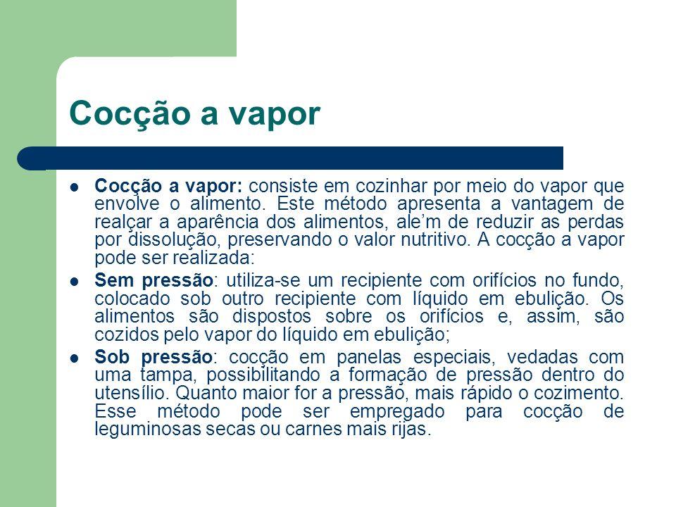 Cocção a vapor Cocção a vapor: consiste em cozinhar por meio do vapor que envolve o alimento. Este método apresenta a vantagem de realçar a aparência