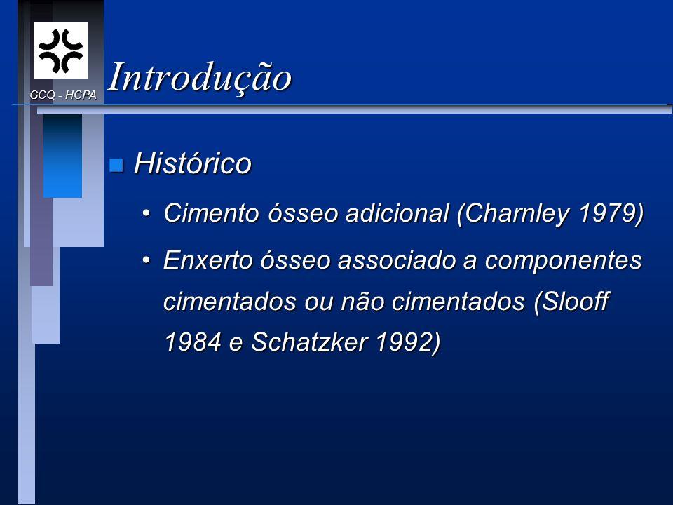 Introdução n Histórico Cimento ósseo adicional (Charnley 1979)Cimento ósseo adicional (Charnley 1979) Enxerto ósseo associado a componentes cimentados