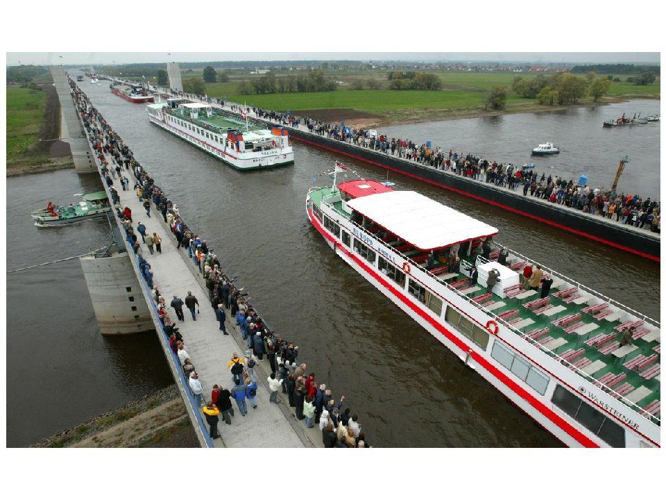 O Wasserstrassenkreuz (cruzamento de ruas de água) é um canal-ponte sobre o Rio Elba, que conecta as redes de vias navegáveis das antigas Alemanhas Ocidental e Oriental.