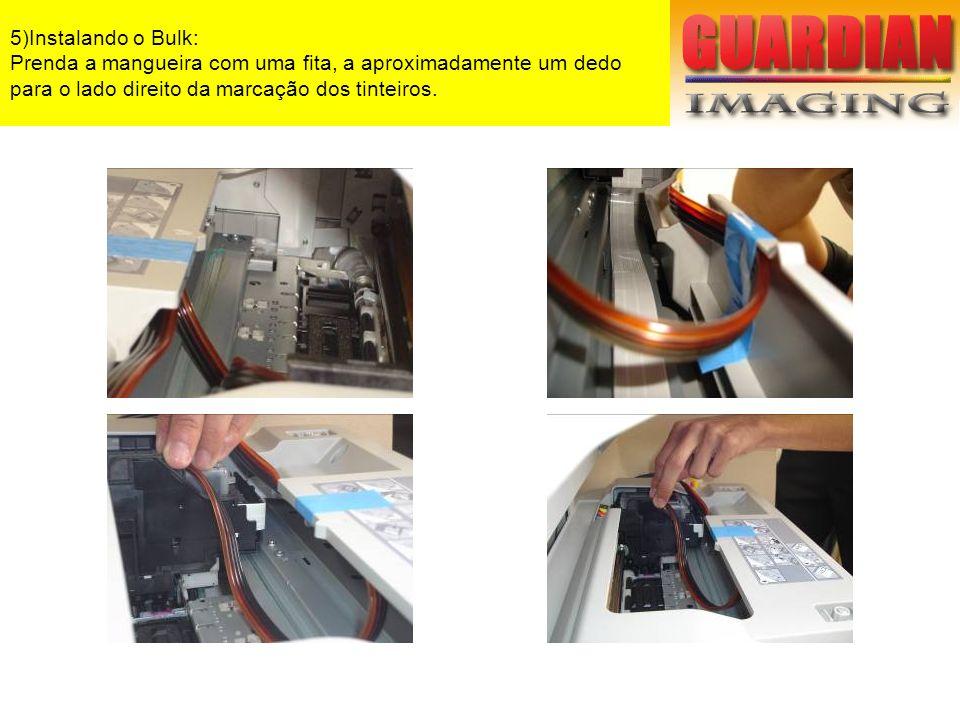 5)Instalando o Bulk: Prenda a mangueira com uma fita, a aproximadamente um dedo para o lado direito da marcação dos tinteiros.