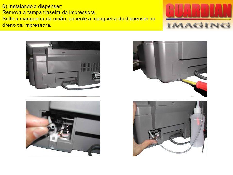 6) Instalando o dispenser: Remova a tampa traseira da impressora. Solte a mangueira da união, conecte a mangueira do dispenser no dreno da impressora.