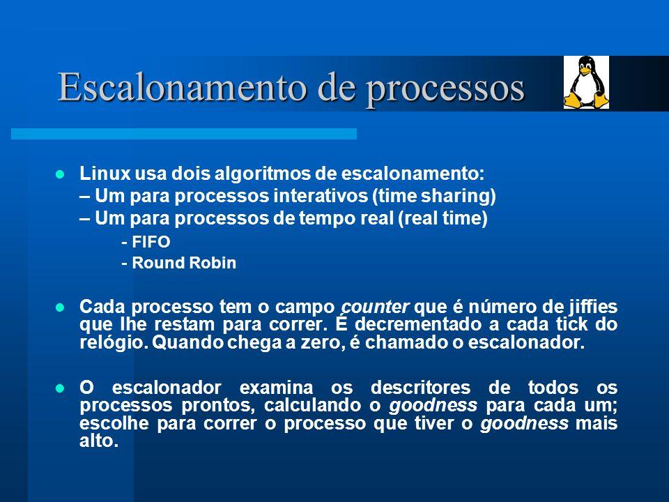 Escalonamento de processos Linux usa dois algoritmos de escalonamento: – Um para processos interativos (time sharing) – Um para processos de tempo real (real time) - FIFO - Round Robin Cada processo tem o campo counter que é número de jiffies que lhe restam para correr.