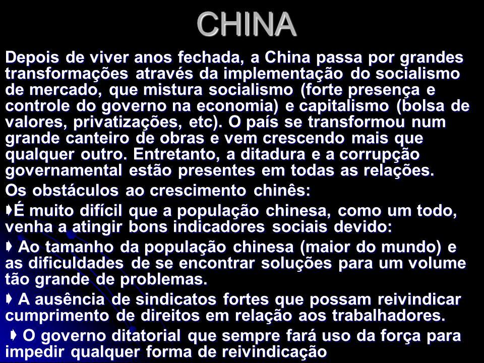 CHINA Depois de viver anos fechada, a China passa por grandes transformações através da implementação do socialismo de mercado, que mistura socialismo (forte presença e controle do governo na economia) e capitalismo (bolsa de valores, privatizações, etc).
