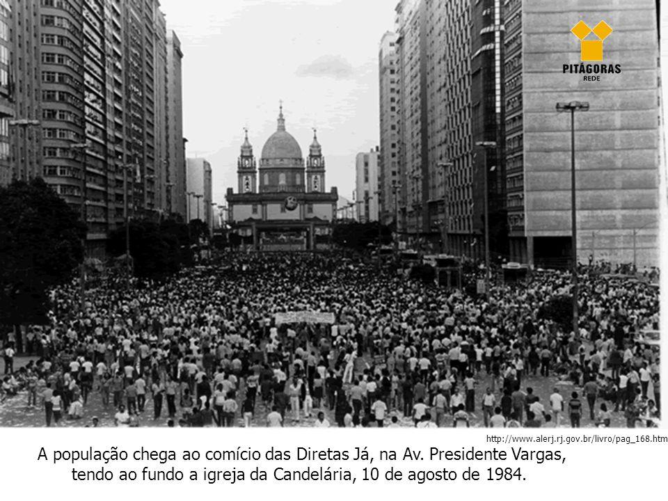 A população chega ao comício das Diretas Já, na Av. Presidente Vargas, tendo ao fundo a igreja da Candelária, 10 de agosto de 1984. http://www.alerj.r