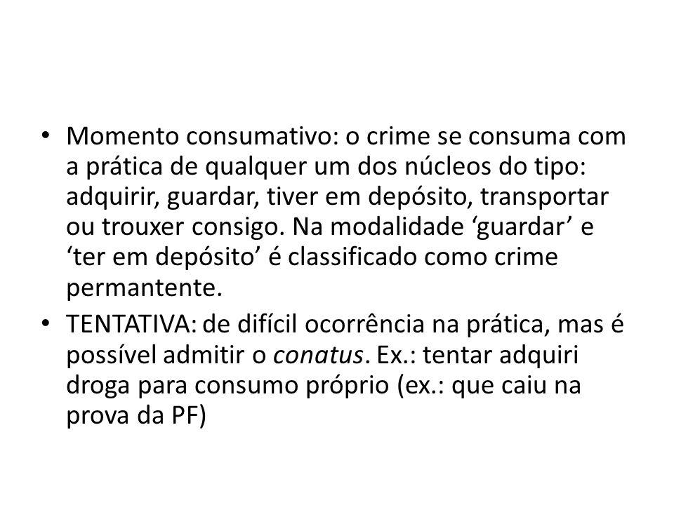 Momento consumativo: o crime se consuma com a prática de qualquer um dos núcleos do tipo: adquirir, guardar, tiver em depósito, transportar ou trouxer