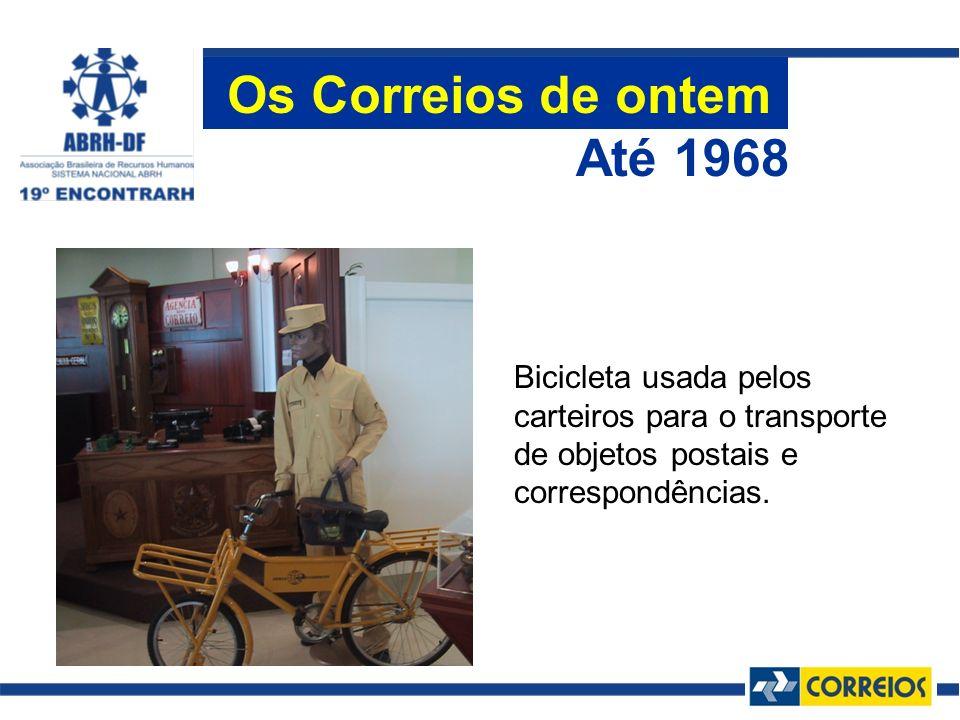 Bicicleta usada pelos carteiros para o transporte de objetos postais e correspondências. Até 1968 Os Correios de ontem