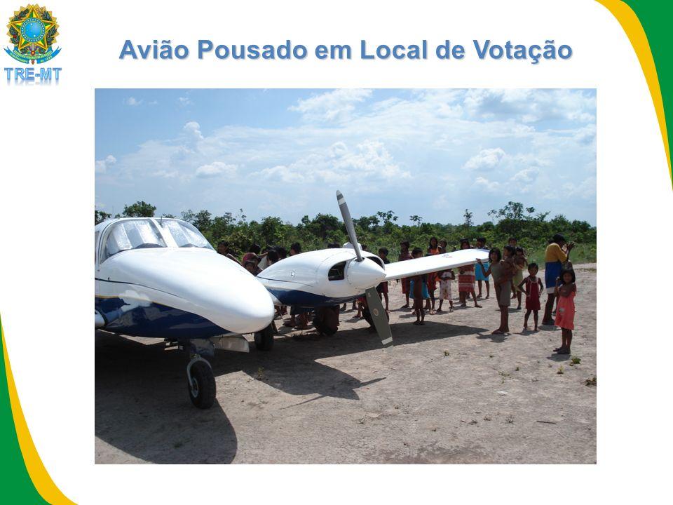Avião Pousado em Local de Votação