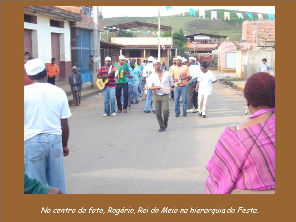 No centro da foto, Rogério, Rei do Meio na hierarquia da Festa.
