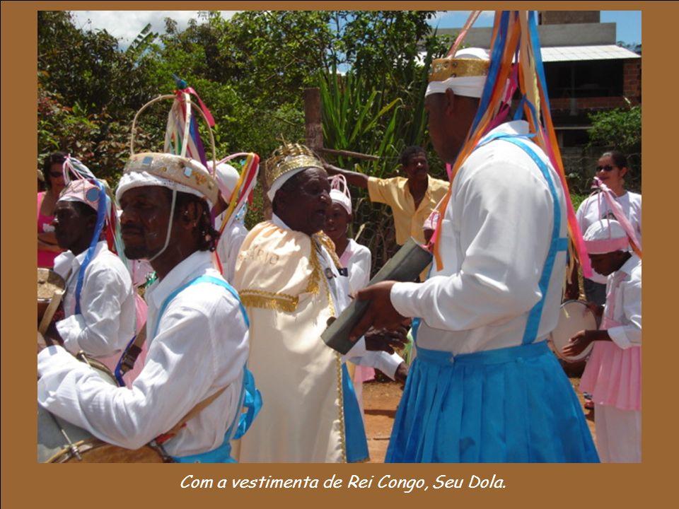 Com a vestimenta de Rei Congo, Seu Dola.