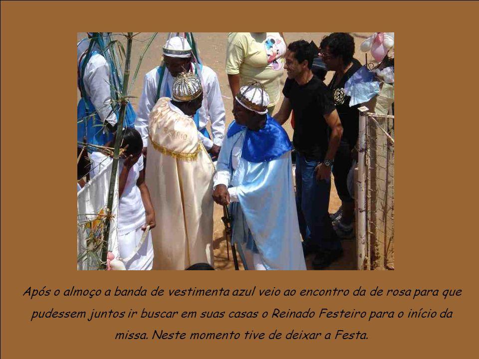 Após o almoço a banda de vestimenta azul veio ao encontro da de rosa para que pudessem juntos ir buscar em suas casas o Reinado Festeiro para o início