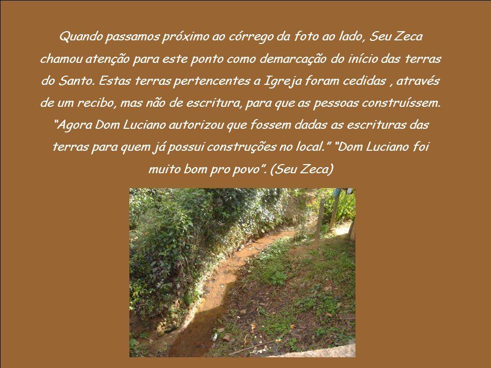 Quando passamos próximo ao córrego da foto ao lado, Seu Zeca chamou atenção para este ponto como demarcação do início das terras do Santo.