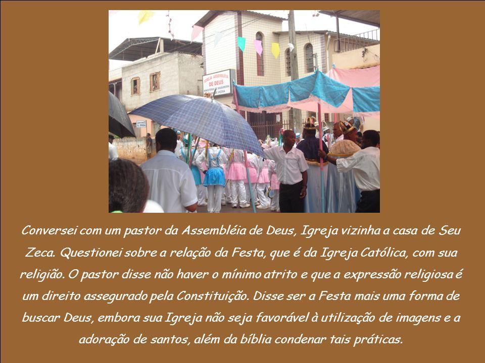 Após visitar a maior parte dos espaços do bairro, a Festa chegou a Igreja.