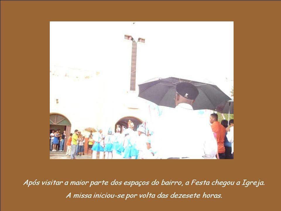 Em poucos segundos todo o ambiente sagrado da Igreja Católica, tal qual ela quer fazer uma imagem, foi tomado pelo som outrora profano do batuque dos negros.