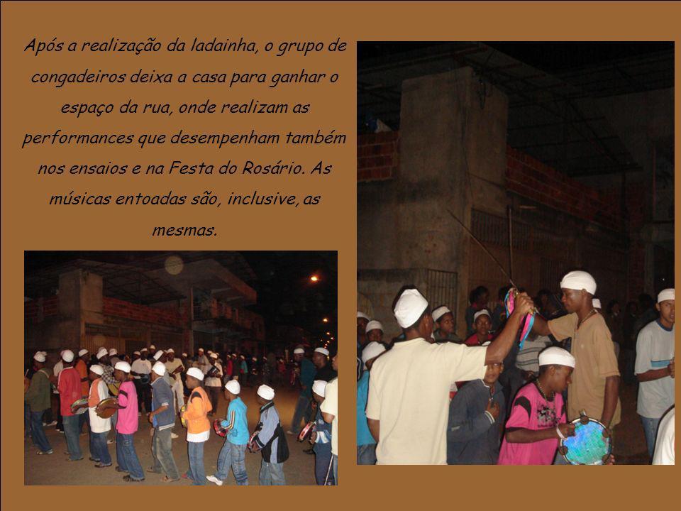 Após a realização da ladainha, o grupo de congadeiros deixa a casa para ganhar o espaço da rua, onde realizam as performances que desempenham também nos ensaios e na Festa do Rosário.