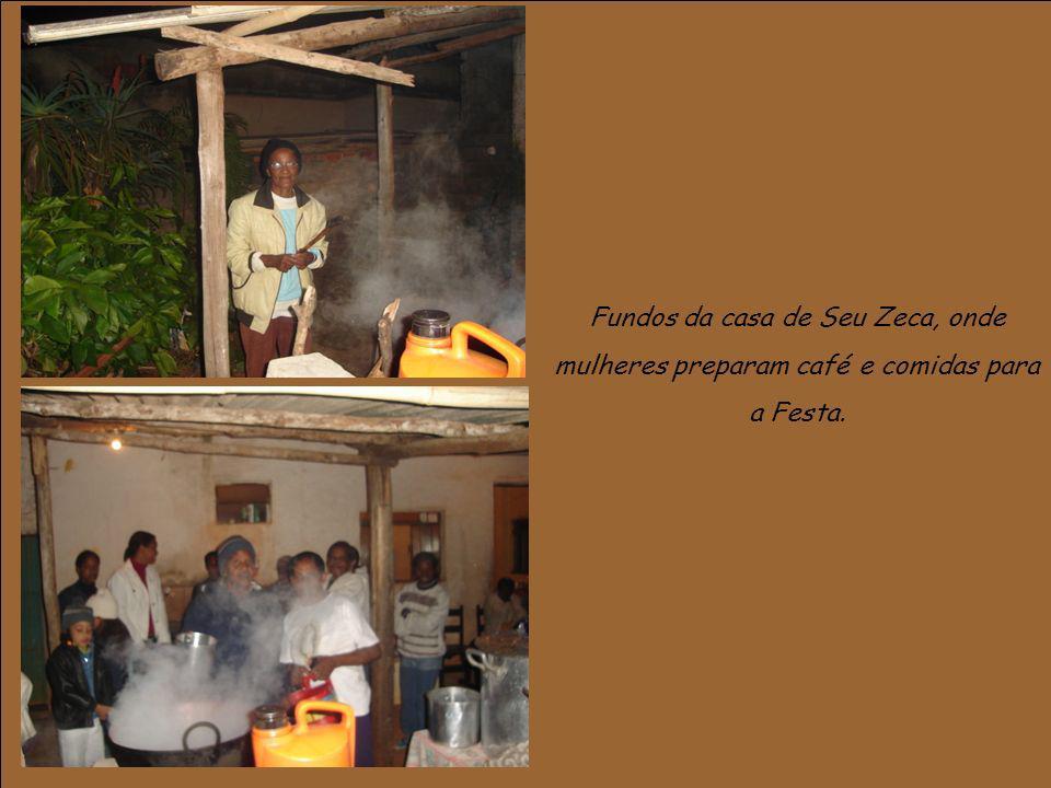 Fundos da casa de Seu Zeca, onde mulheres preparam café e comidas para a Festa.