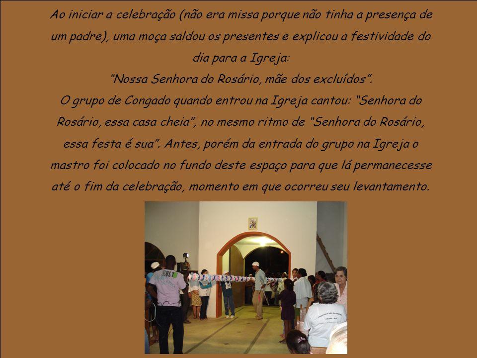 Ao iniciar a celebração (não era missa porque não tinha a presença de um padre), uma moça saldou os presentes e explicou a festividade do dia para a Igreja: Nossa Senhora do Rosário, mãe dos excluídos.