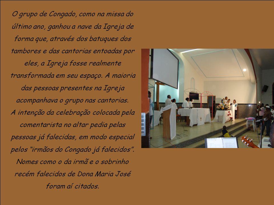 O grupo de Congado, como na missa do último ano, ganhou a nave da Igreja de forma que, através dos batuques dos tambores e das cantorias entoadas por eles, a Igreja fosse realmente transformada em seu espaço.