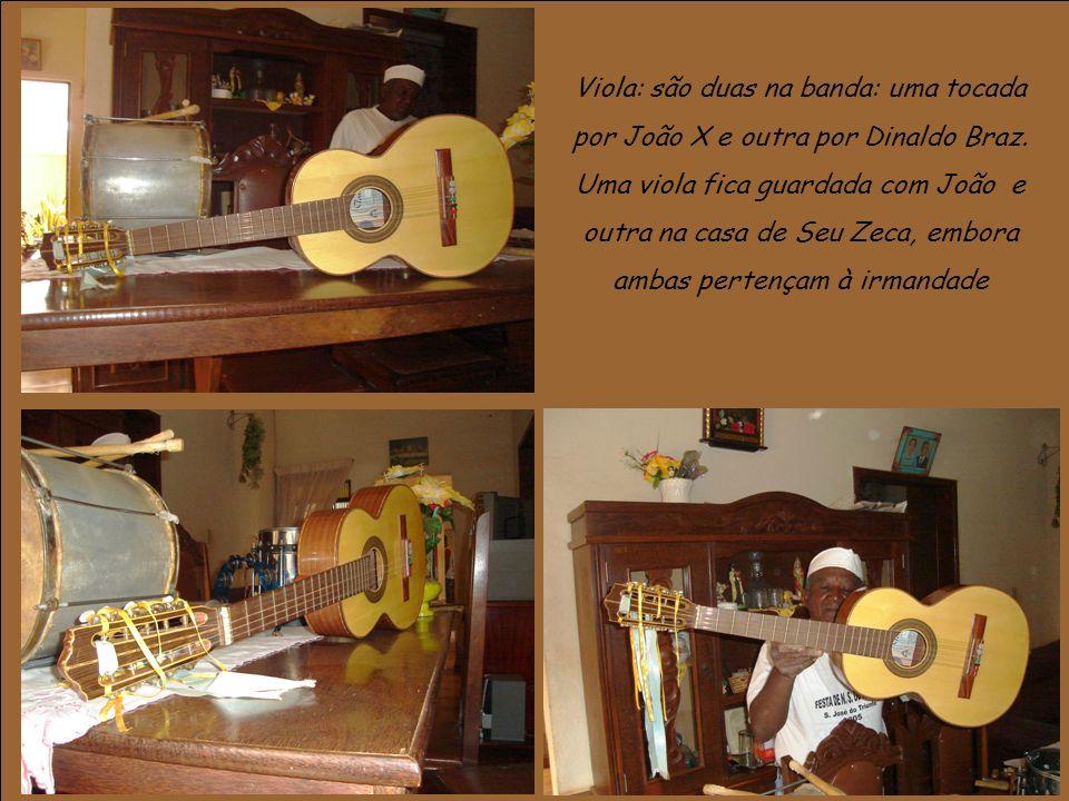 Viola: são duas na banda: uma tocada por João X e outra por Dinaldo Braz.