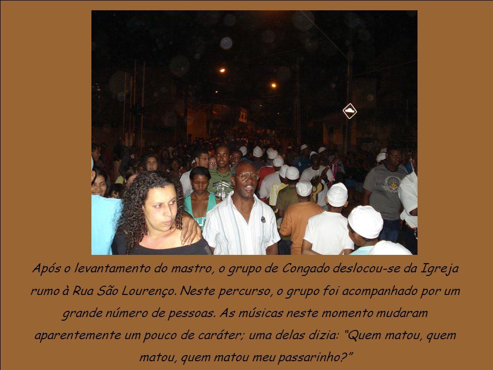 Após o levantamento do mastro, o grupo de Congado deslocou-se da Igreja rumo à Rua São Lourenço. Neste percurso, o grupo foi acompanhado por um grande