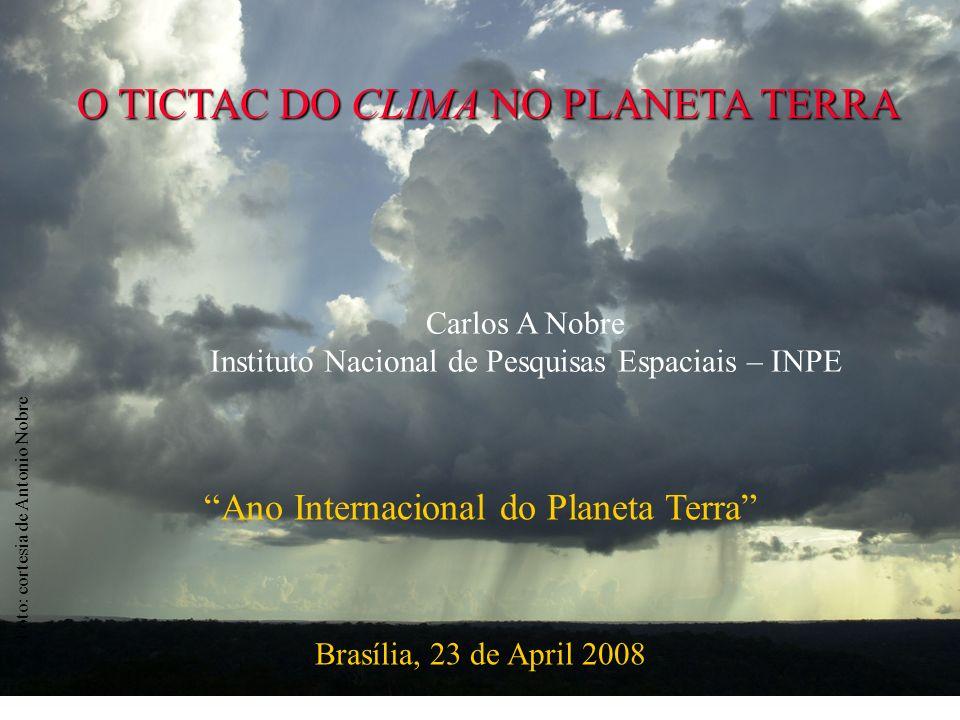 emissões de combustíveis fósseis desmatamento 7,6 1,5 4,1 2000-2006 Fluxo de CO 2 (Pg C a -1 ) Sink Source Tempo (ano) CO 2 atmosférico Balanço Global de Carbono Antropogênico (1850-2006) Le Quéré, unpublished; Canadell et al.