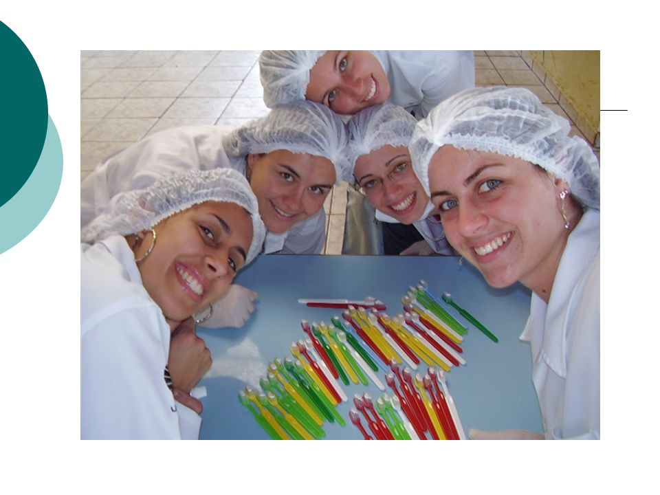 Grupo de risco A, B e C – dentifrício fluoretado Grupo de risco D, E e F – flúor gel Foi utilizada a técnica de Fones