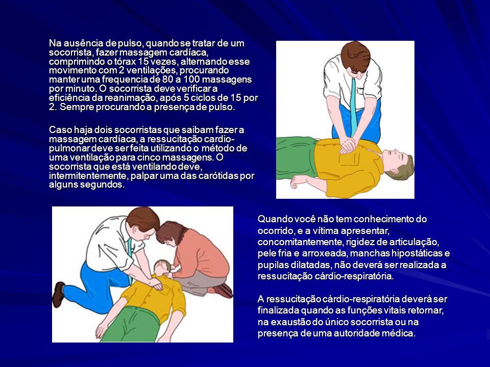 Na ausência de pulso, quando se tratar de um socorrista, fazer massagem cardíaca, comprimindo o tórax 15 vezes, alternando esse movimento com 2 ventil