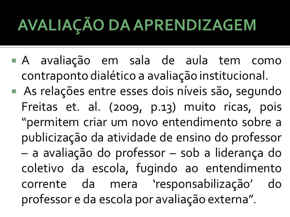A avaliação em sala de aula tem como contraponto dialético a avaliação institucional. As relações entre esses dois níveis são, segundo Freitas et. al.