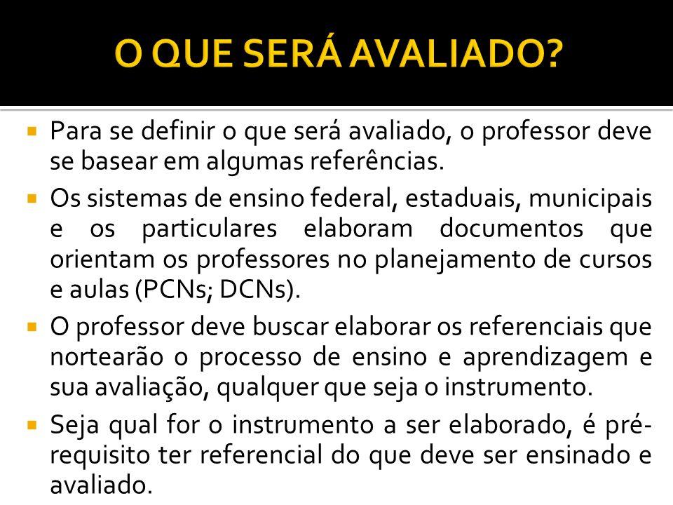 Para se definir o que será avaliado, o professor deve se basear em algumas referências. Os sistemas de ensino federal, estaduais, municipais e os part