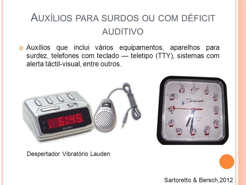 Auxílios que inclui vários equipamentos, aparelhos para surdez, telefones com teclado teletipo (TTY), sistemas com alerta táctil-visual, entre outros.