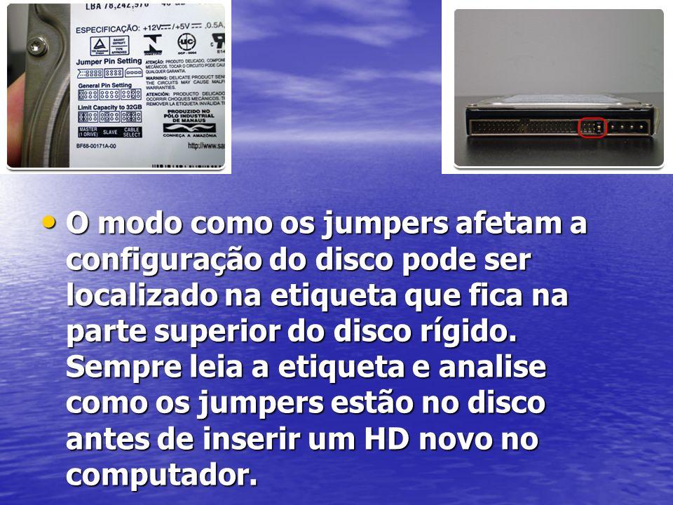 O modo como os jumpers afetam a configuração do disco pode ser localizado na etiqueta que fica na parte superior do disco rígido. Sempre leia a etique