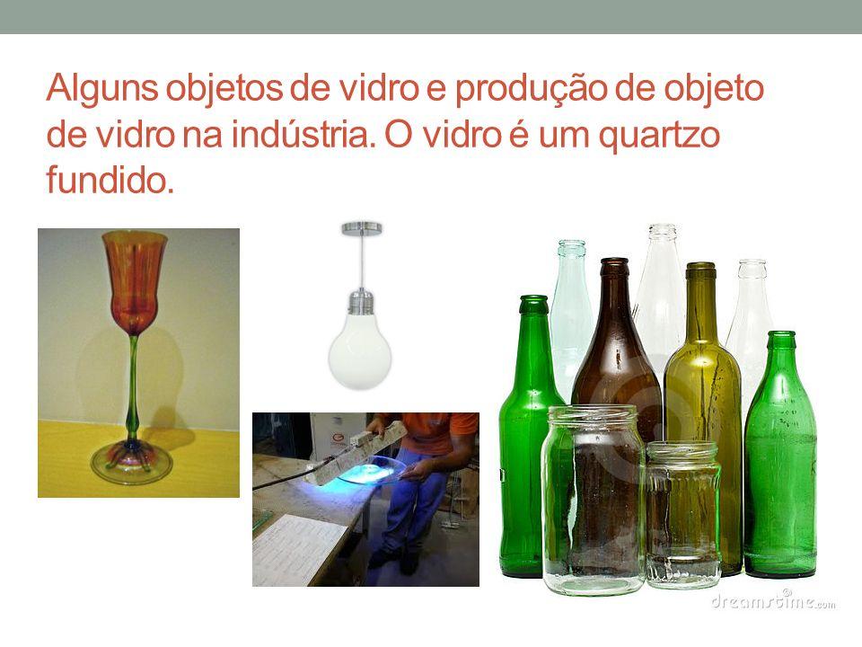 Alguns objetos de vidro e produção de objeto de vidro na indústria. O vidro é um quartzo fundido.